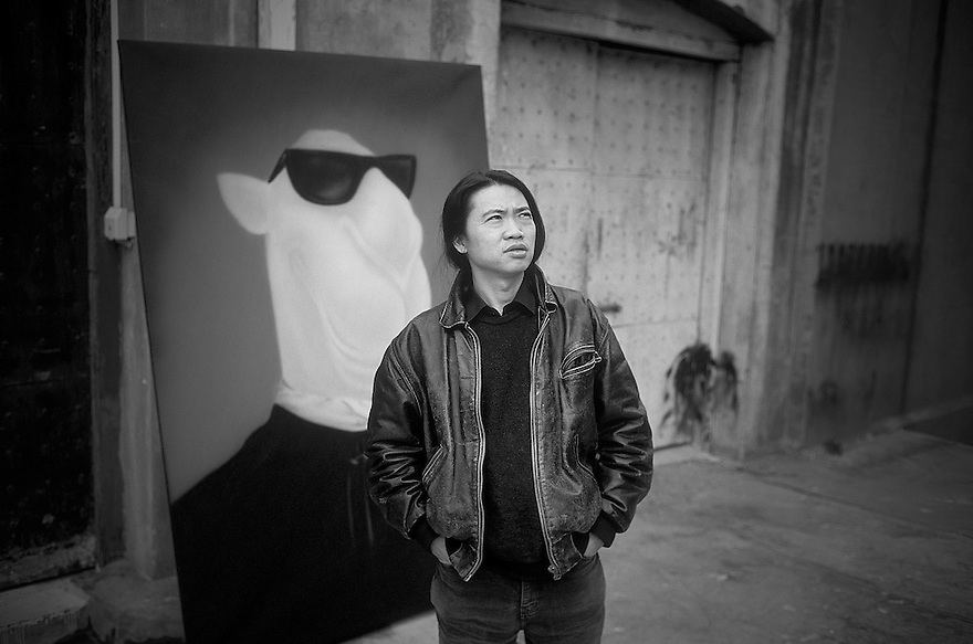 CHINA / Shanghai / Art Scene..Li Shan with his painting at his atelier in Shanghai..© Daniele Mattioli/Anzenberger