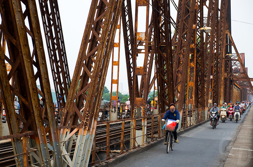 Long Bi&ecirc;n Bridge (Vietnamese: Cầu Long Bi&ecirc;n) is a historic cantilever bridge across the Red River that connects two districts, Hoan Kiem and Long Bien of the city of Hanoi, Vietnam. It was originally called Paul Doumer Bridge.<br />