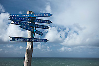 Europe/France/Bretagne/56/Morbihan/ Belle-Ile-en-Mer/Port Coton:  Panneaux du bout du Monde  sur la Côte sauvage à Port Coton