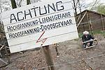 Foto: VidiPhoto<br /> <br /> ARNHEM - Onder hoogspanning wordt donderdag in het Nederlands Openluchtmuseum keihard gewerkt aan een viertal bijzondere exposities, die een opmaat vormen voor de zogenoemde Canon van Nederland. Woensdag moeten de eerste canonpresentaties gereed zijn. Een van de meest bijzondere verbeeldingen is een nagebootste grens uit de Eerste Wereldoorlog tussen Nederland en Belgi&euml; met wachtposten, prikkel- en stroomdraad. Smokkelaars en vluchtelingen probeerden in die tijd met behulp van technieken, zoals een passeursraam die de stroomdraden uit elkaar moest houden, illegaal de grens te passeren. Door het hoge voltage was dat vaak met dodelijke afloop. Bezoekers mogen het passeursraam volgende week zelf uitproberen tijdens een smokkelspel. Om de werkelijkheid zo veel mogelijk te benaderen, staan de grensdraden onder spanning van (slechts) 12 volt. Het Nederlands Openluchtmuseum is door de overheid aangewezen om in 2017 de offici&euml;le canon van Nederland te presenteren.