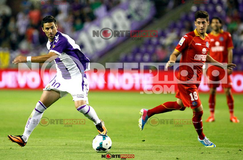 Real Valladolid´s Oscar (l) and Getafe's Escudero during La Liga match.August 31,2013. (ALTERPHOTOS/Victor Blanco)