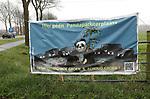 Foto: VidiPhoto<br /> <br /> RHENEN - In Rhenen en wijde omgeving is donderdag sprake van een heuse Pandamania. Voor- en tegenstanders van de panda's Wu Wen en Xing Ya, die dinsdag arriveren in Ouwehands Dierenpark, vliegen elkaar non-verbaal in de haren. Ondernemers in Rhenen hebben hun etalages volgehangen met pandaknuffels of spelen met pandaijs, pandaknabbels of andere pandalekkernijen in op de hype. Tegelijk verwachten ze weinig extra klandizie. &quot;Bezoekers komen voor de dierentuin en om te winkelen in de stad.&quot; Bij buurman Wageningen hangen juist spandoeken tegen de komst van de beschermde beren. Daar vrezen ze enorme verkeersoverlast en parkeerproblemen. Zo ook het dorp Kesteren, aan de andere kant van de Rijn. Vooral de N233, die de Betuwe (A15) via een brug met Rhenen verbindt, dreigt een dagelijks verkeersinfarct te veroorzaken.