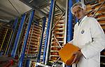 Foto: VidiPhoto<br /> <br /> VEENENDAAL - Het meest moderne en volledig geautomatiseerde kaaspakhuis van Europa wordt maandag gevuld met 5 miljoen kilo kaas. In de 20 meter hoge en 7000 vierkante meter grote opslagruimte van Van der Heiden Cheese Services in Veenendaal worden straks de tienduizenden kazen voor met name de export met geen hand meer aangeraakt. Het zijn, zodra de opstartfase achter de rug is, alleen nog maar robots en shuttles die de kazen in de twee verdiepingen hoge koelcellen plaatsen voor rijping en er na enkele weken of jaren (afhankelijk van de soort kaas) er weer uit halen. Van der Heiden bespaart hiermee veertien arbeidskrachten. Ook het verpakken en verwerken verloopt op termijn volledig automatisch. De Veenendaalse kaasverwerker speelt met het kaaspakhuis 3.0 in op de enorme vraag aan Nederlandse kaas vanuit het buitenland. Ook de binnenlandse consumptie neemt nog ieder jaar toe. Foto: Directeur Teunis van der Heiden.