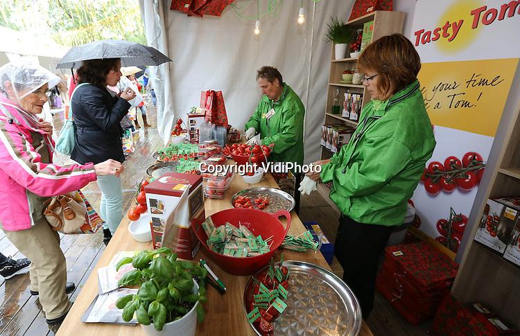 Foto: VidiPhoto..ALMERE - Worshops en smaaktesten tijdens de Libelle Zomerweek, een jaarlijks terugkerend evenement op het strand van Almere, donderdag. Nog tot en met zondag kunnen de lezeressen van het grootste weekblad van Nederland een bezoek brengen aan 14.000 vierkante meter aan tenten en meer dan 10.000 workshopplaatsen. Jaarlijks komen zo'n 85.000 vrouwen op het evenement af met een gemiddelde besteding van 67 euro per persoon..