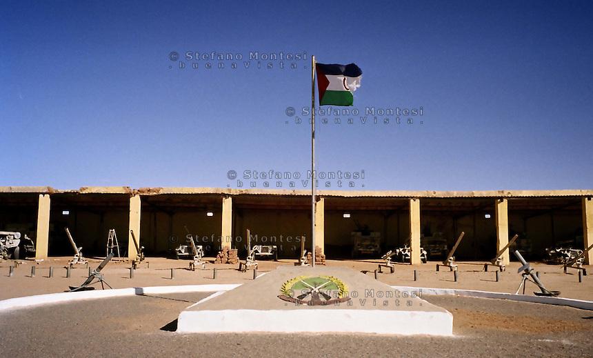 Il Museo dell'Esercito di Liberazione Popolare (campo di Rabouni, 20 km a sud di Tindouf, Algeria), .istituito con la Repubblica Araba Saharawi Democratica (RASD) governo (Fronte Polisario), .mostra  le armi  sequestrate all'esercito marocchino durante la guerra (1976 -- 1991). .Questa mostra presenta anche alcuni documenti sulla prime azioni svolte da parte del Fronte Polisario .dal 1973, inizialmente contro la colonizzazione spagnola e, più tardi, contro l'esercito marocchino..The Museum of the People's Liberation Army (Rabouni camp, 20 km south of Tindouf, Algeria), set up by Sahrawi Arab Democratic Republic (SADR) government (Polisario Front), show the warfare seized to the Moroccan army during the wartime (1976-1991). This exhibit also shows some documents on the first actions carried out by the Polisario Front since 1973 initially against Spanish colonization and, later, against Moroccan army....