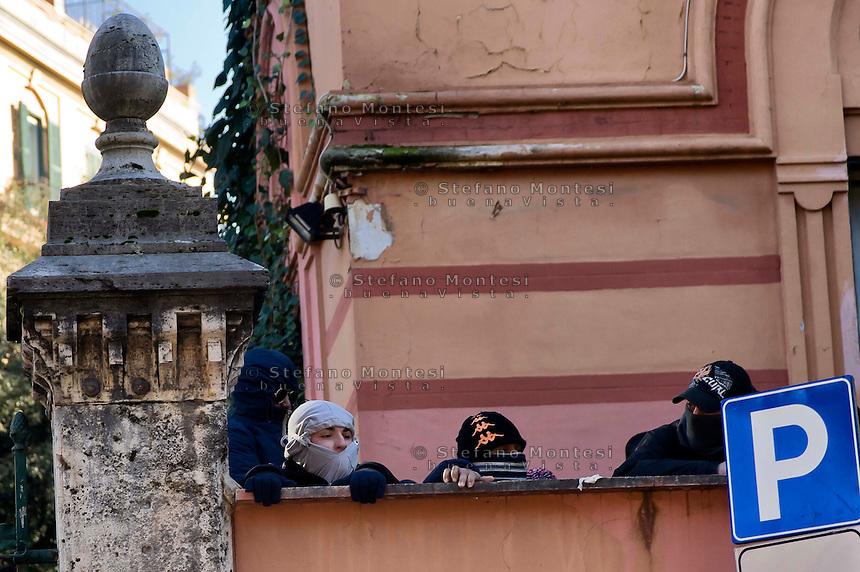 Roma, 12 Dicembre  2014<br /> Sgomberato dalla polizia un edificio appena occupato dai movimenti di lotta per la casa in via Cesalpino. Lo spazio occupato  &egrave; un &ldquo;bene&rdquo; sequestrato alla 'ndrangheta  della  cosca di San Luca. <br /> Rome, December 12, 2014<br /> Vacated by police a building occupied by the movements of struggle for the house in via Cesalpino. The space occupied had been seized at the 'Ndrangheta clan of San Luca.