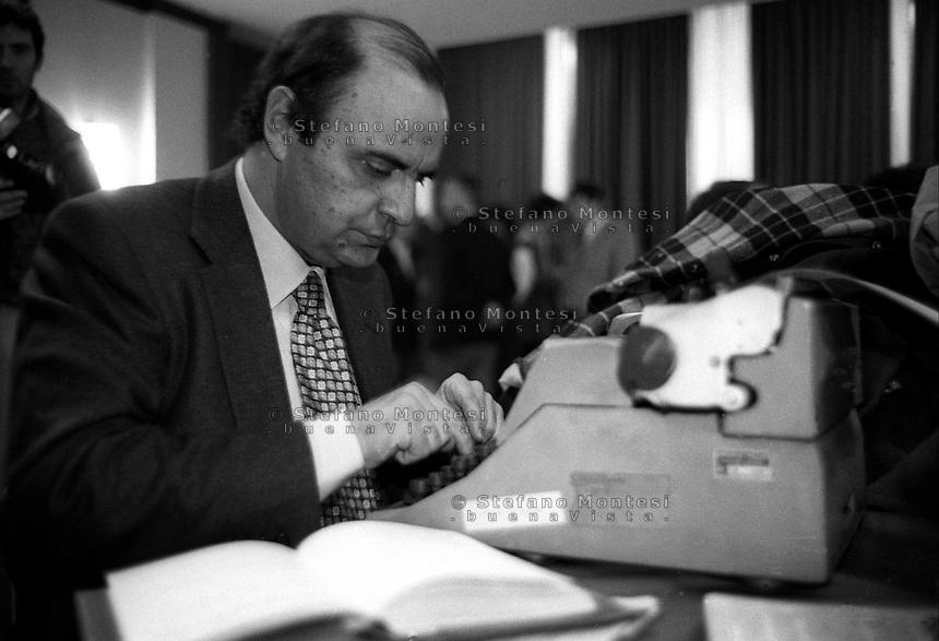Roma  Gennaio 1994.Bruno Vespa mentre  prepara un articolo  durante il comitato politico del partito della Rifondazione Comunista