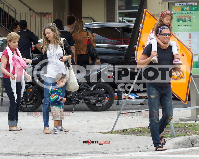 APRIL 10 2013.CARLOS VIVE MUY FAMILIAR PASEANDO EN MIAMI Exclusive.Mandatory Credit: KDNPIX.COM..Ref: kdn_RIC