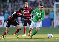 FUSSBALL   1. BUNDESLIGA   SAISON 2011/2012    20. SPIELTAG  05.02.2012 SC Freiburg - SV Werder Bremen Tom Trybull (re, SV Werder Bremen) am Ball gegen Johannes Flum (li, SC Freiburg)