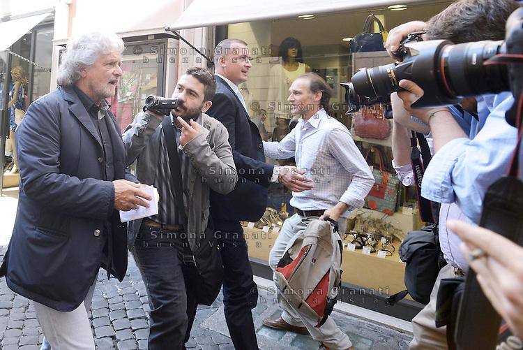 Roma, 28 Luglio 2014<br /> Beppe Grillo arriva in via della Missione per incontrare Deputati e Senatori del Movimento 5 Stelle.<br /> Nella foto Grillo accerchiato da giornalisti e telecamere.