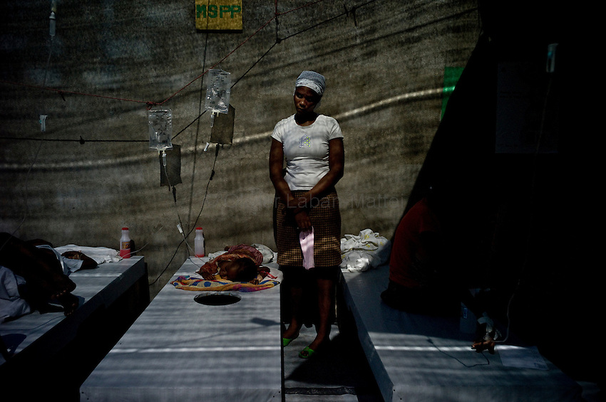 According to latest figures provided by the Haitian Ministry of Health, 1,100 people have already died from the epidemic of cholera./// A woman takes care of her daughter affected by cholera at the Sainte Catherine hospital in Cite Soleil, the biggest slum of Port-au-Prince.