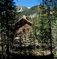Nestling beyond the slopes of the Taos Ski Valley this cabin reveals a modern take on the rustic look