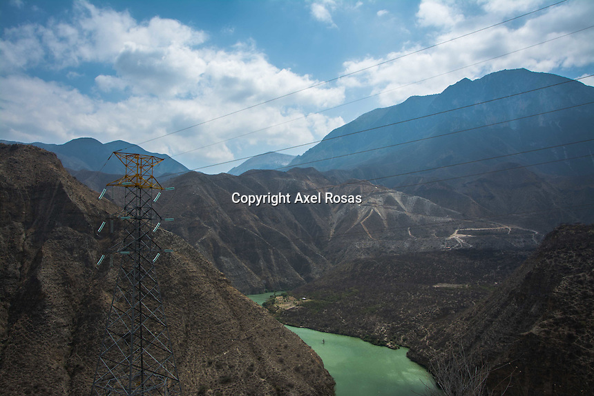 Ruta del agua.<br /> <br /> Por Axel Rosas.<br /> <br /> El agua potable es un recurso bastante escaso en nuestro planeta, si tuvi&eacute;ramos una cantidad de 100 botellas de agua como muestra del total que se encuentra en nuestro planeta, s&oacute;lo la mitad del contenido de uno de los envases ser&iacute;a &uacute;til para el consumo humano. <br /> <br /> Debido a la poca cantidad de agua y a la concentraci&oacute;n de la poblaci&oacute;n en la capital de Quer&eacute;taro, para poder abastecer a la zona metropolitana se requiere de una infraestructura enorme para transportar el vital l&iacute;quido de manera eficiente a trav&eacute;s de todo el estado. el &ldquo;Acueducto II&rdquo; no solamente es una de las obras hidr&aacute;ulicas m&aacute;s grandes e importantes del estado, tambi&eacute;n lo es del pa&iacute;s. Tiene una longitud de 120 kil&oacute;metros y atraviesa pr&aacute;cticamente en su totalidad al Estado de Quer&eacute;taro cuenta con una presa, una planta de bombeo, una de rebombeo y una purificadora, la ruta por la que mueve el l&iacute;quido es complicada y se necesita mucha fuerza para poder levantarla desde la presa para que despu&eacute;s pueda caer por medio de la fuerza de gravedad. <br /> <br /> A pesar de la cantidad de agua que puede administrar el &ldquo;Acueducto II&rdquo; no ser&aacute; suficiente dentro de 4 a&ntilde;os. La raz&oacute;n de esto no es precisamente el agotamiento del recurso si no el aumento de la poblaci&oacute;n en la zona que cada vez exige mayor cantidad de agua. <br /> <br /> La CEA tiene la intenci&oacute;n de concientizar a la poblaci&oacute;n acerca de todos los esfuerzos que se hacen para llevar agua a la zona metropolitana por medio de programas como &ldquo;La ruta del agua&rdquo; para los adultos y por medio de comics, caricaturas y juegos para los ni&ntilde;os. Se intenta que la gente comience a gastar menos agua y sea consciente de que al abrir la llave de agua en casa una gran cantidad de recursos humanos y t