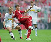 FUSSBALL   1. BUNDESLIGA  SAISON 2011/2012   1. Spieltag   07.08.2011 FC Bayern Muenchen - Borussia Moenchengladbach         Bastian Schweinsteiger (re, FC Bayern Muenchen) gegen Mike Hanke (Borussia Moenchengladbach)
