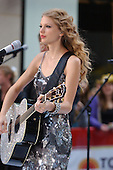 TAYLOR SWIFT (NBC - THE TODAY SHOW - 10/26/2010
