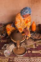 Afrique/Afrique du Nord/Maroc/Env d' Immouzer-Ida-Outanane: dans une ferme préparation artisanale de l'Huile d'argan -  Moulin à bras