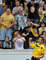 Fussball, 2. Bundesliga, Saison 2011/12, SG Dynamo Dresden - FC St.Pauli, Sonntag (29.04.12), gluecksgas Stadion, Dresden. Dresdens Robert Koch (li.) jubelt nach seinem Tor zum 1:0.
