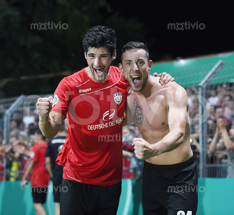 Fussball  DFB Pokal  2014/2015  1. Runde  08.08.2015 SSV Reutlingen - Karlsruher SC SCHLUSSJUBEL SSV Reutlingen; Daniel Schachtschneider (li) umarmt Daniel Seemann