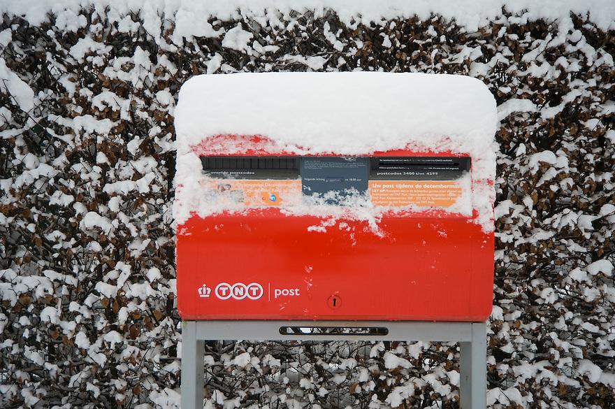 Nederland, Driebergen, 19  dec 2010.Winterplaatjes in Driebergen na forse sneeuwval. Er viel zo'n 20 cm sneeuw..Brievenbus met hoed van sneeuw...Foto (c)  Michiel Wijnbergh