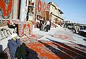 Irak 2000.Les marchands de tapis iraniens de contrebande au pied de la citadelle d'Erbil.         Iraq  2000. Carpets' dealers in Erbil