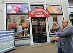 Foto: VidiPhoto<br /> <br /> KAMPEN - Winkeliers in de Geerstraat in Kampen hebben nog steeds last van de crisis. Foto: Bertha Boonstra van Stoffenkraam Kampen.