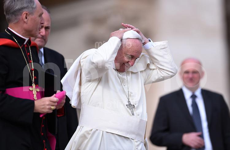 Rom, Vatikan 22.10.2014 Papst Franziskus I. haelt sein Pileolus fest, bei der woechentlichen Generalaudienz auf dem Petersplatz