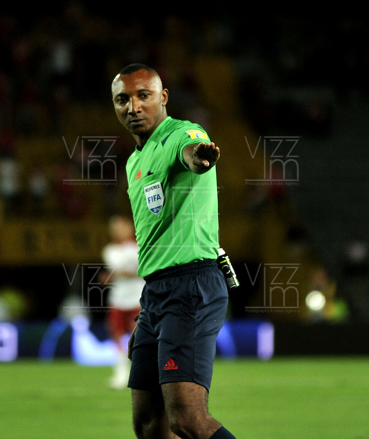 BOGOTA - COLOMBIA - 30-04-2016: Gustavo Murillo, arbitro, durante partido por la fecha 16 entre Independiente Santa Fe y Rionegro Aguilas, de la Liga Aguila I-2016, en el estadio Nemesio Camacho El Campin de la ciudad de Bogota.  / Gustavo Murillo, referee, during a match of the date 16 between Independiente Santa Fe and Rionegro Aguilas, for the Liga Aguila I -2016 at the Nemesio Camacho El Campin Stadium in Bogota city, Photo: VizzorImage / Luis Ramirez / Staff.