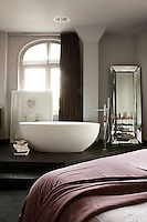 In a combination of bedroom and bathroom such as this, it is essential to distinguish clearly each area