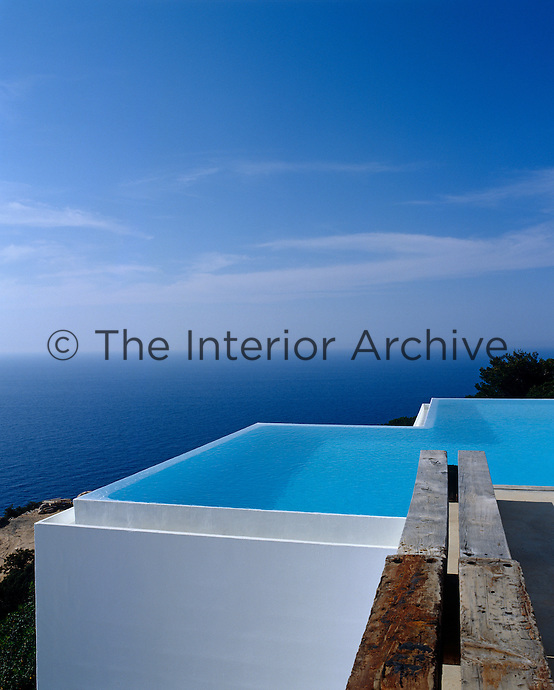 The inifinity pool was designed to run along two axis of the  box-like form of the the house and stretches out towards the Mediterranean