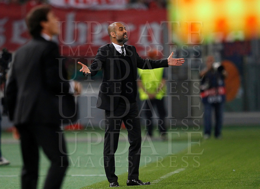 Calcio, Champions League, Gruppo E: Roma vs Bayern Monaco. Roma, stadio Olimpico, 21 ottobre 2014.<br /> Roma&rsquo;s coach Rudi Garcia, left, and Bayern&rsquo;s coach Josep Guardiola give suggestions to their players during the Group E Champions League football match between AS Roma and Bayern at Rome's Olympic stadium, 21 October 2014.<br /> UPDATE IMAGES PRESS/Isabella Bonotto