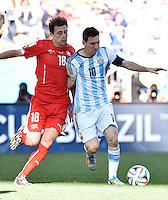 FUSSBALL WM 2014                ACHTELFINALE Argentinien - Schweiz                  01.07.2014 Admir Mehmedi (li, Schweiz) gegen Lionel Messi (re, Argentinien)