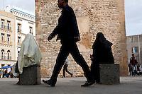 Tunisi, la Medina, due donne velate sedute e un uomo che cammina Tunis, Medina, deux femmes voil&eacute;es assise et un homme qui marche<br /> <br /> Tunis, Medina, two veiled women sitting and a man walking