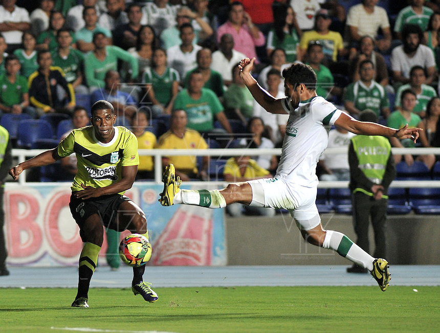 CALI- COLOMBIA -22 -01-2014: Andres Perez (Der.) jugador de Deportivo Cali disputa el balón con Orlando Berrio (Izq.) jugador del Atletico Nacional en durante partido de ida por la Super Liga 2014, jugado en el estadio Pascual Guerrero de la ciudad de Cali. / Andres Perez (R) player of Deportivo Cali vies for the ball with Orlando Berrio (L) player of Atletico Nacional during a match for the first leg of the Super Liga 2014 at the Pascual Guerrero Stadium in Cali city. Photo: VizzorImage  / Luis Ramirez / Staff.