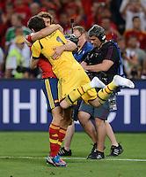 FUSSBALL  EUROPAMEISTERSCHAFT 2012   HALBFINALE Portugal - Spanien                  27.06.2012 Torwart Iker Casillas (re) und Fernando Llorente (li, beide Spanien) jubeln nach dem Finaleinzug