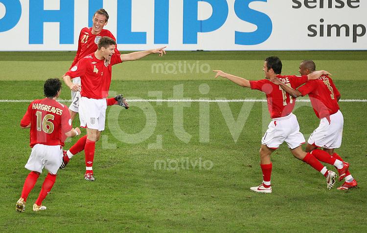 Fussball WM 2006  Gruppenspiel  Vorrunde Schweden - England Die Englaender freuen sich ueber das 2:1, von links Owen HARGREAVES (Nr. 16), Torschuetze Steven GERRARD (nr. 4), Peter CROUCH (21). Rechts Joe COLE (Nr. 11) und Aschley COLE