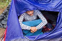 SERBIEN, 08.2016, Kelebija. Internationale Fluechtlingskrise: An der mit Zaeunen abgesperrten ungarischen Grenze stauen sich Fluechtlinge und Migranten. Sie bitten meist vergebens um Einlass in die  Asyl- und Transitzonen (blaue Container). So haben sich auf serbischer Seite provisorische Lager mit sehr schlechten Bedingungen gebildet. | International refugee crisis: Refugees and migrants have been piling up at the fenced-off Hungarian border. They are waiting for entrance into the asylum and transit zones (blue containers), mostly in vain. Thus provisional camps have emerged on the Serbian side with very bad conditions. In the picture Elvis Kasu.<br /> &copy; Szilard V&ouml;r&ouml;s/EST&amp;OST