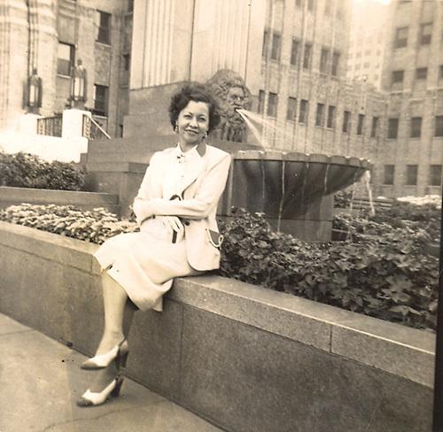 Carmen Lara Fernández. Circa de 1955, próximo a su apartamento en  Queens, New York.