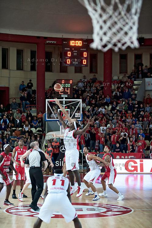 Teramo 04-12-2011 Campionato di Lega A1 Basket 2011/2012: TERAMO BASKET VS SCAVOLINI SIVIGLIA TERAMO. IN FOTO L'INIZIONO DELLA PARTITA