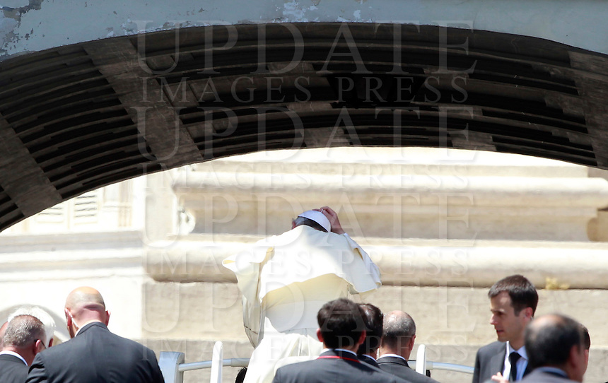 Papa Francesco al termine dell'udienza generale del mercoledi' in Piazza San Pietro, Citta' del Vaticano, 21 maggio 2014.<br /> Pope Francis leaves at the end of his weekly general audience in St. Peter's Square at the Vatican, 21 May 2014.<br /> UPDATE IMAGES PRESS/Isabella Bonotto<br /> <br /> STRICTLY ONLY FOR EDITORIAL USE