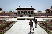Visitors walk past the 'anguri (grape) garden' around the the Agra Fort in Agra, Uttar Pradesh in India. Photo: Sanjit Das/Panos pour Le Point
