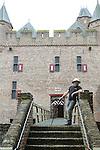 Foto: VidiPhoto<br /> <br /> DOORNENBURG - Sluiting dreigt voor een van de mooiste en bekendste Middeleeuwse kastelen van Nederland: kasteel de Doornenburg in de gelijknamige Gelderse plaats. De burcht heeft de enige nog functionerende kasteelboerderij (met Lakenvelder vleesvee) van Nederland binnen haar muren. Die houdt dan ook op te bestaan. De kosten voor exploitatie van zowel kasteel, horeca als boerderij zijn te hoog, ondanks de hulp van 50 vrijwilligers. Op kasteel Doornenburg zijn diverse reclamefilmpjes (&quot;ze smelten de kazen&quot;) en delen van historische films opgenomen, naast de bekende tv-serie Floris met daarin hoofdrolspeler Rutger Hauer. Het bestuur van eigenaar Stichting tot Behoud van den Doornenburg heeft donderdag een brief geschreven aan de provincie met een verzoek om subsidie. Het steekt de stichting dat de Gelderse kastelenstichting een miljoenenbijdrage krijgt en de Doornenburg geen stuiver. Foto: Beheerder Theo van den Brink.