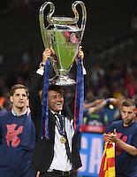 FUSSBALL  CHAMPIONS LEAGUE  FINALE  SAISON 2014/2015   Juventus Turin - FC Barcelona                 06.06.2015 Der FC Barcelona gewinnt die Champions League 2015: Trainer Luis Enrique jubelt mit dem Pokal