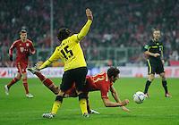 Fussball Bundesliga Saison 2011/2012 13. Spieltag FC Bayern Muenchen - Borussia Dortmund Kein Elfmeter fuer Mario GOMEZ (FCB, r) gegen Mats HUMMELS (BVB).