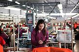 In Suhareka, einer Stadt im S&uuml;dkosovo, steht die Schuhfabrik Solid, gegr&uuml;ndet 1995 und eine der erfolgreichsten Firmen des Landes. Das Familienunternehmen mit 270 Mitarbeitern stellt t&auml;glich 1200 Paar Lederschuhe<br /> her, vor allem f&uuml;r den einheimischen Markt. Ein wachsender Anteil wird aber<br /> auch exportiert. Nach Albanien, Mazedonien, Italien oder Deutschland / Employees at the  Shoe Factory &quot;Solid&quot; near the town of Suhareka