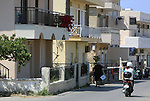 Foto: VidiPhoto<br /> <br /> KOS &ndash; Het meest populaire vervoermiddel in Griekenland op dit moment: de scooter. Niet alleen toeristen gebruiken de brommer veelvuldig, maar met name ook de autochtone bevolking, veelal gedreven door de recessie, zoals hier op het toeristeneiland Kos. Sommige bewoners hebben ze weinig te besteden dat ze maar voor een paar euro benzine kunnen tanken. Alles wordt contant  afgerekend om zo de belastingen te kunnen ontduiken. Zelfs salarissen worden niet op rekening gestort om te voorkomen dat de overheid inkomstenbelasting heft. Volgens schattingen betaalt minder dan de helft van de Griekse bevolking belasting en dan ook nog maar over een klein deel van het inkomen.
