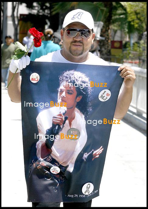 FANS NEAR THE STAPLES CENTER DURING THE MICHAEL JACKSON PUBLIC MEMORIAL SERVICE AT THE STAPLES CENTER.LOS ANGELES, JULY 7, 2009..