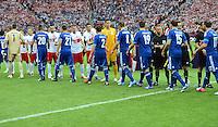FUSSBALL  EUROPAMEISTERSCHAFT 2012   VORRUNDE Polen - Griechenland      08.06.2012 Die Spieler von Polen und Griechenland begruessen sich vor dem Anpfiff
