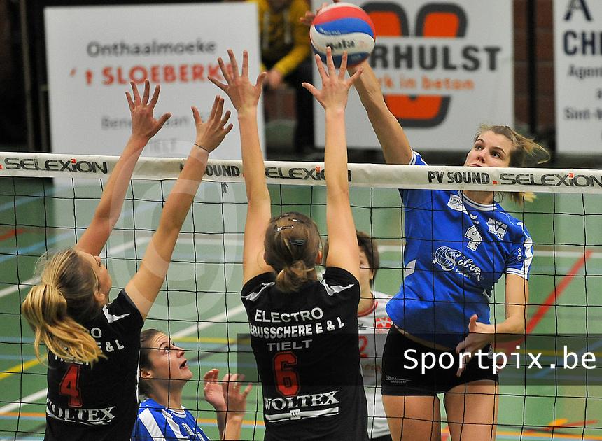 Tievolley Tielt - Vlamvo Vlamertinge : Astrid Declerck met de poging over het blok van Tielt met Julie Demyttenaere (6) en Tilde Callens (links).foto VDB / BART VANDENBROUCKE