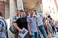 PESCARA 20-06-2012: ESAMI DI MATURITA',  L'INGRESSO DEGLI STUDENTI NEL LICEO GINNASIO GABRIELE D'ANNUNZIO, PER LA PRIMA PROVA DI ITALIANO. NELLA FOTO  GLI STUDENTI PRIMA DI ENTRARE NEL LICEO. FOTO DILORETO ADAMO