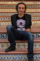 Roberto Sosa recibe homenaje y retrospectiva en Muestra de Cine Mexicano.<br /> <br /> Quer&eacute;taro, Qro. 20 de septiembre de 2016.- Dentro de las actividades se la Primer Semana del Cine Mexicano en el Cineteatro Rosal&iacute;o Solano; el actor Roberto Sosa recibi&oacute; una merecido homenaje por su trabajo durante la proyecci&oacute;n de la pel&iacute;cula &ldquo;El Fant&aacute;stico Mundo de Juan Orol&rdquo;. <br /> <br /> Sosa en su versatilidad participado en 52 pel&iacute;culas , videos, cortometrajes que van desde 1980 con Los Gringos, hasta producciones estadoiounidencesk, espa&ntilde;olas, brit&aacute;nicas, holandesas, mexicanas y co-producciones cubanas. <br /> <br /> El actor acompa&ntilde;ado de la actriz Evangelina Mart&iacute;nez, quien es su madre, se encontraron con cin&eacute;ticos queretanos en el cineTeatro que lleva el nombre de uno de los cinemat&oacute;grafos de la &eacute;poca de oro del cine mexicano, Rosal&iacute;o Solano, quien retrat&oacute; a Evangelina en dos ocasiones, El Principio (1973) de Gonzalo Mart&iacute;nez Ortega; y La Pasi&oacute;n Seg&uacute;n Berenice (1976) de Jaime Humberto Hermosillo.<br /> <br /> Foto: Demian Ch&aacute;vez